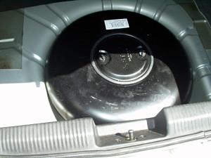 pojemnik na gaz ukryty w przestrzeni po kole zapasowym