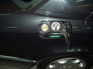Wlew paliwa w Mercedesie 500 po instalacji gazowej