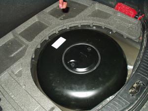 Butla gazowa w Fordzie Mondeo ukryta w przestrzeni po kole zapasowym