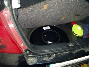 Butla z gazem w Suzuki Swift w miejscu po kole zapasowym