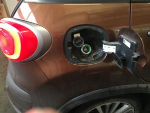 Fiat 500L wlew paliwa